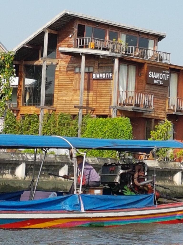 kleines Hotel am Fluß